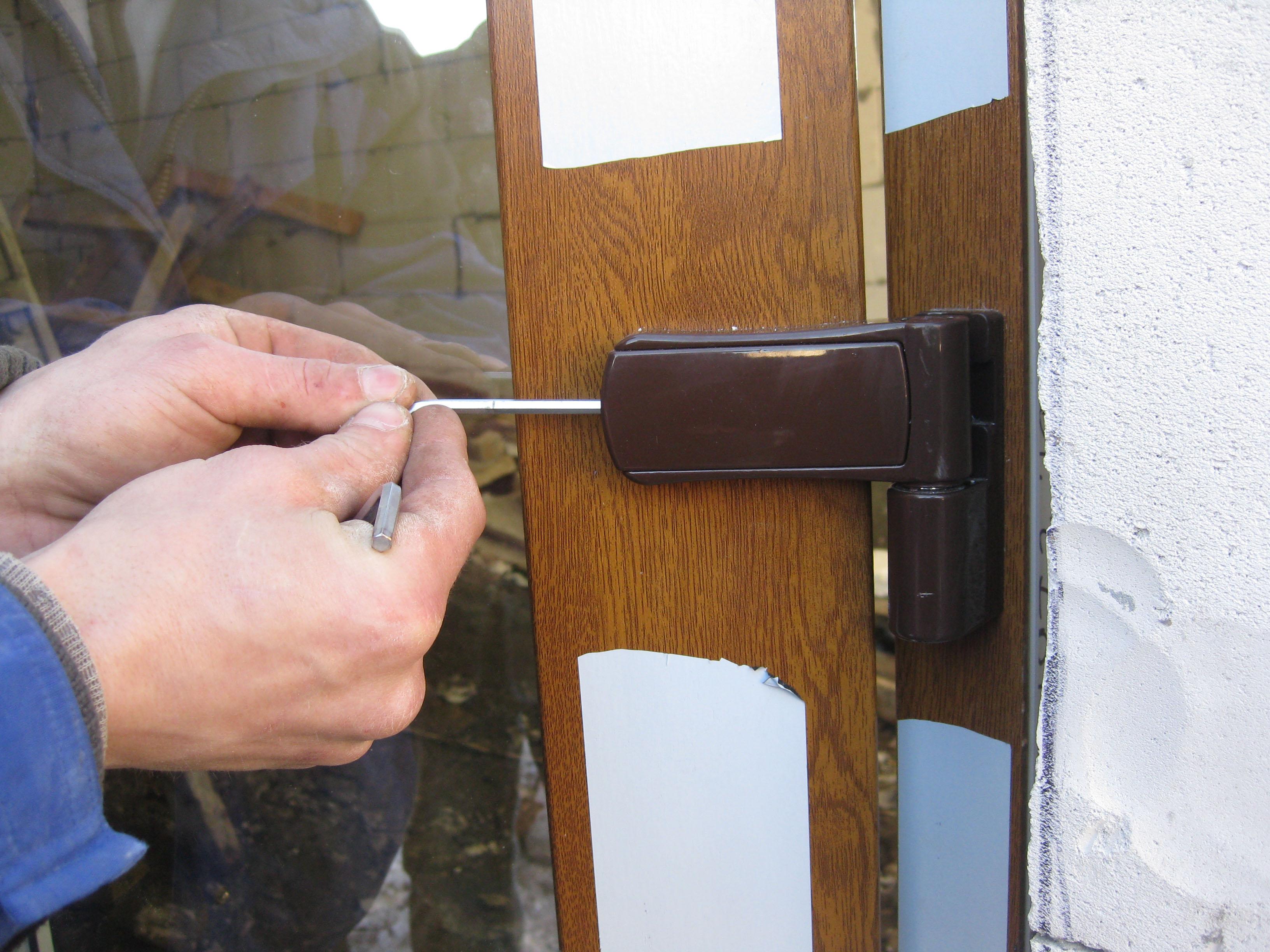 Качественная регулировка петель пластиковых и алюминиевых входных дверей.