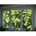 Трехчастное окно с двумя открываниями