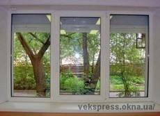 Окно металлопластиковое, трехстворчатое.