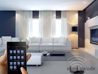 Рука со смартфоном на фоне гостиной