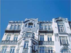 Три верхні поверхи будинку з пластиковими вікнами