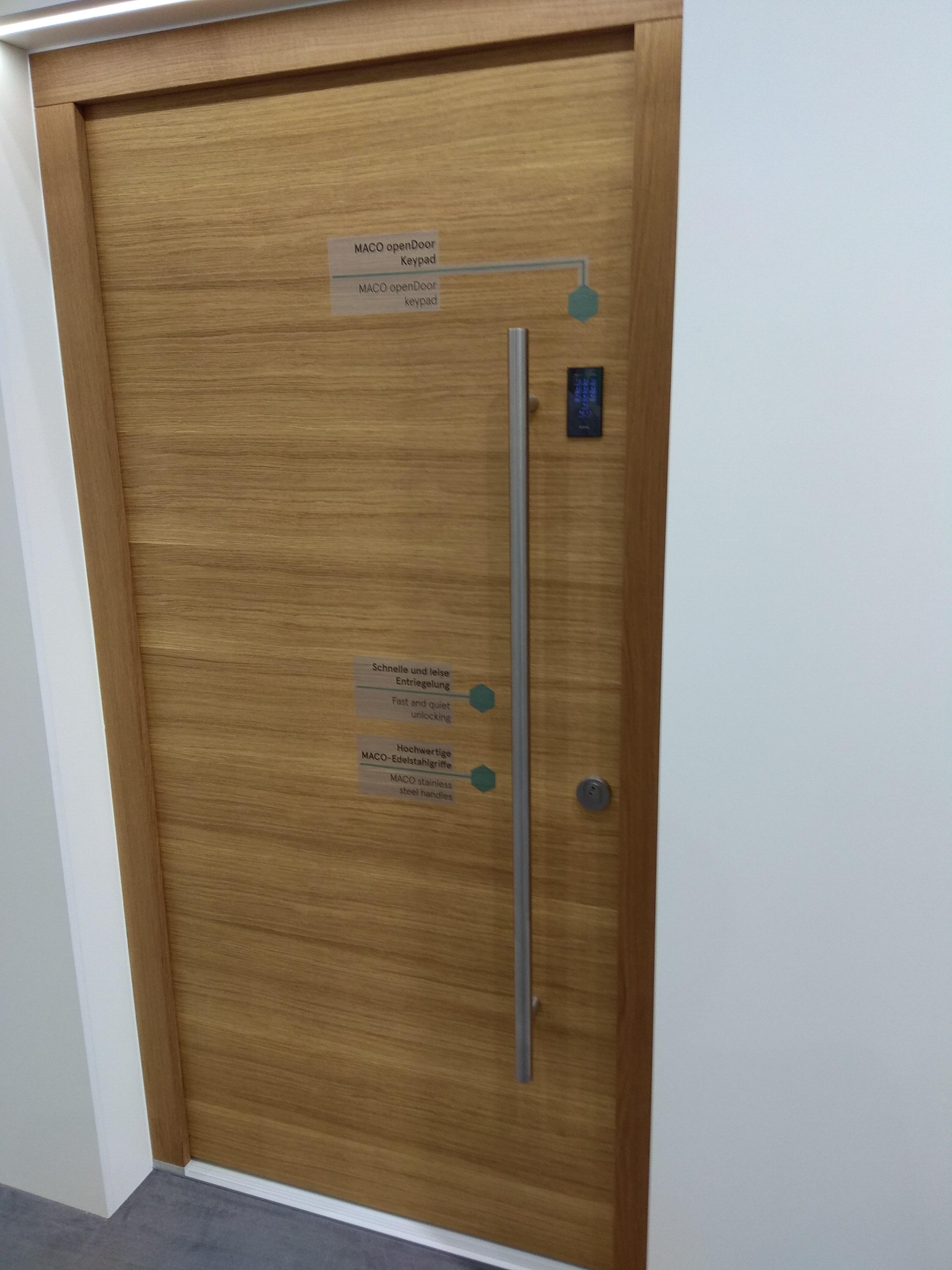 Деревянная входная дверь с замком M-TS