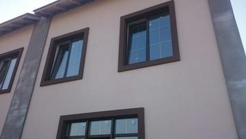 Установлены цветные окна со шпросом