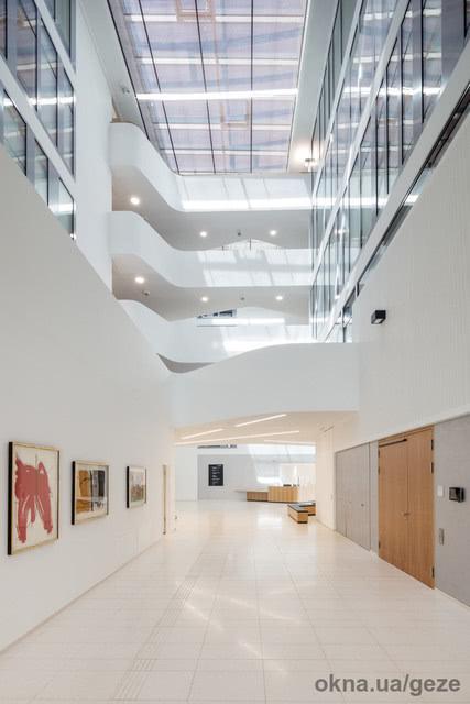 Безбарьерное планирование и строительство с GEZE: современные автоматизированные решения для дверей и окон в новой ратуши г. Леонберг