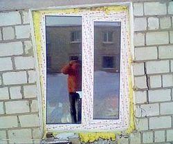 Качественный монтаж ПВХ окон должен быть точно в уровень даже если стены не ровные