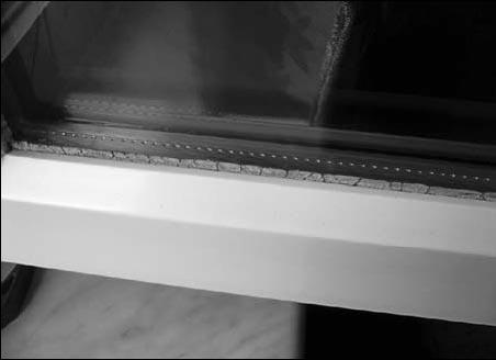 Неплотные окна из-за некачественных уплотнителей, которые со временем отвердевают