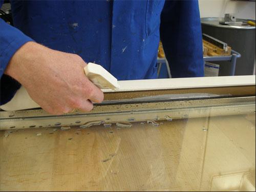 Для ускорения процесса затвердевания специального клея производится опрыскивание водой до установки штапика