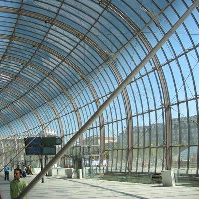 Здание железнодорожного вокзала в Страссбурге. Холодно гнутые слоистые панели из термоупрочненого стекла 6 мм с гарантированным уровнем прочности (дизайн 2007 г.)