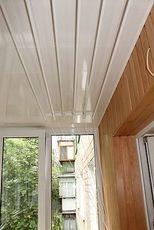 Обшивка потолка на балконе пластиковой бесшовной вагонкой