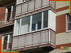 Балкон REHAU 60. Центральная часть 3050 мм, высота 1450 мм, деленная на четыре части с двумя поворотно-откидными створками. Две боковые части 800 мм глухие. Фурнитура Масо. Противомоскитная сетка