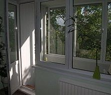 Металлоплаcтиковое окно Almpast в балконном блоке - продукция высокого качества по доступным ценам (Вишневое)!