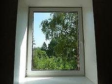 Пластиковые одночастные поворотно-наклонные окна Rehau для дачи с фурнитурой МАСО и однокамерным стеклопакетом 0,55х1,2 м