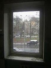 Металлопластиковое поворотно-откидное окно Rehau для спальни с фурнитурой МАСО и однокамерным стеклопакетом 0,85х1,35 м.