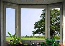 Окно из профильной системы Интернова трехчастное поворотно-откидное для гостиной