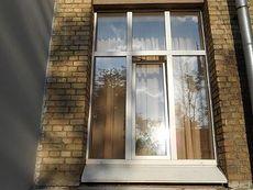 Окно ПВХ Саламандер двухчастное для дачи, фурнитура от компании MACO в средней ценовой категории