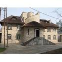 деревянные окна меранти в стильном каменном доме