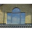 Алюминиево-деревянное окно c арочной фрамугой; PERLA (Италия)
