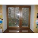 Окно из дуба в жилой квартире